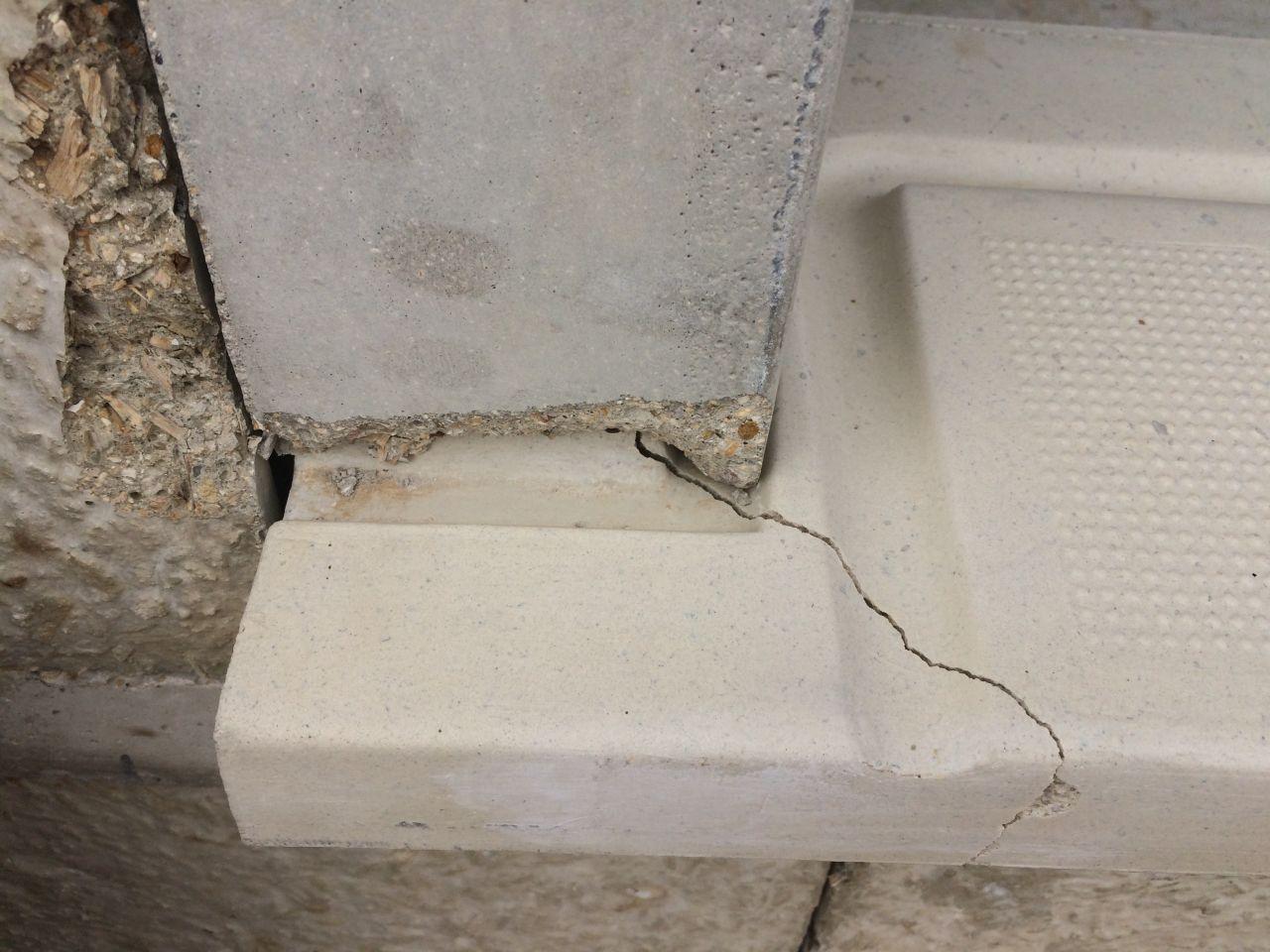 1 seuil de porte fenêtre cassé, à changer