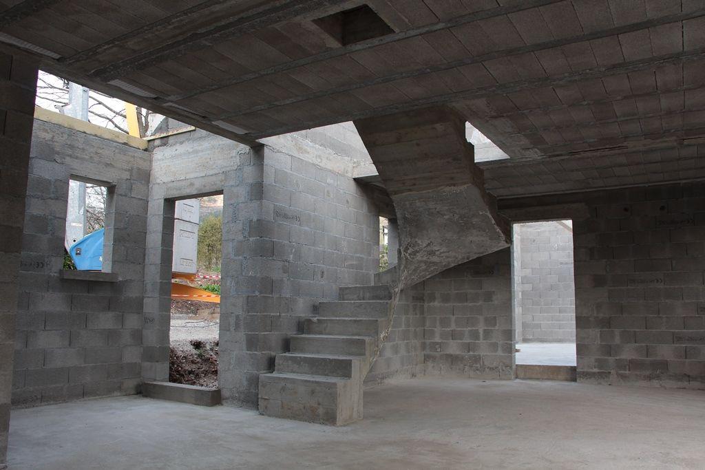 La maçonnerie est terminée, l'escalier est en place