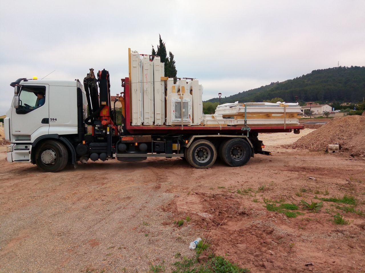 Arrivé du camion livraison des menuiseries