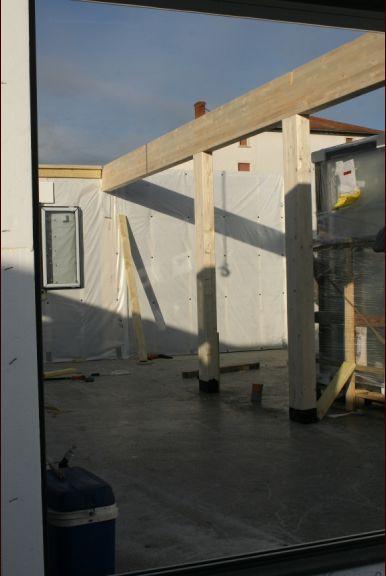 15 Novembre 2016 - L'après midi est consacré à la pose des poutres et du plancher de l'étage