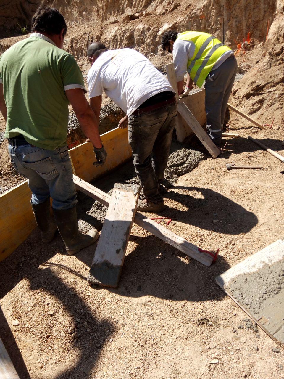 toupie - pompe à béton - fondations coulées - Le coffrage n'a pas tenu à cause de la force de projection de la pompe à béton.
