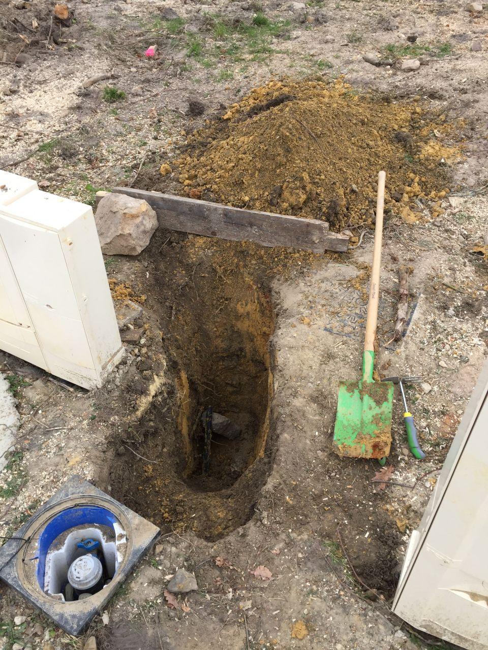 Le trou à la recherche du tuyau d'eau