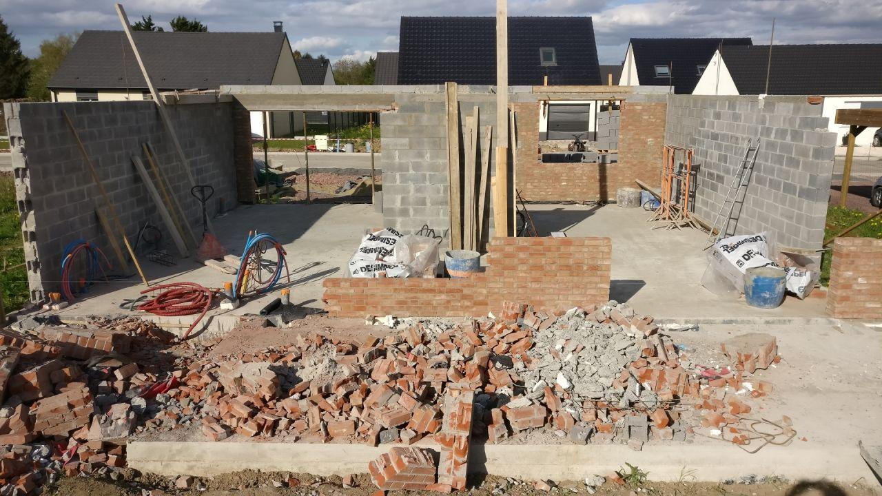 Démolition de la façade arrière par le constructeur + petite partie déjà remontée