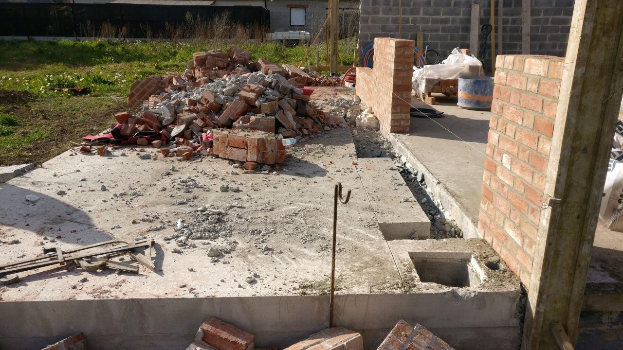 Début de démolition de la terrasse car faite trop haute :(