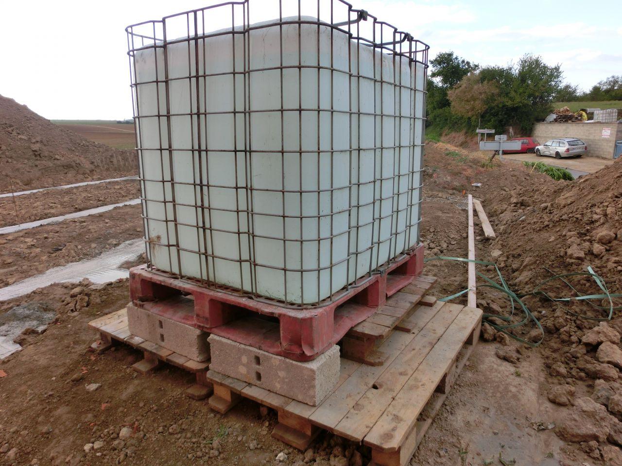 Mise en place d'une cuve de 1 m2 d'eau sur le chantier, car la SAUR n'a pas encore effectué le raccordement à l'eau potable. <br /> Un grand merci à mes futur voisins qui mon permis de remplir la cuve sans avoir à galérer.
