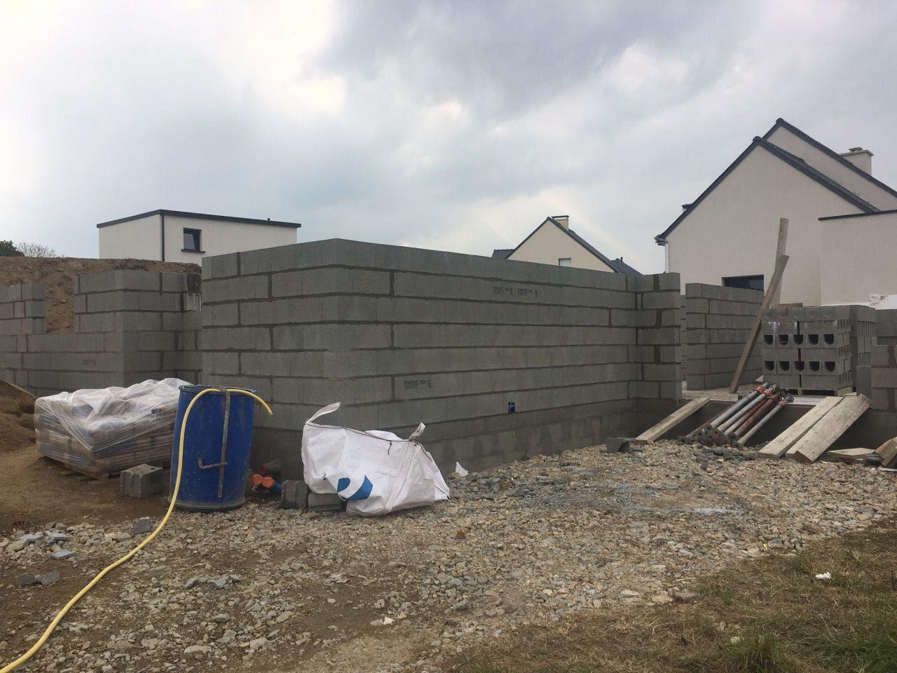 Vue nord de la maison : coté garage
