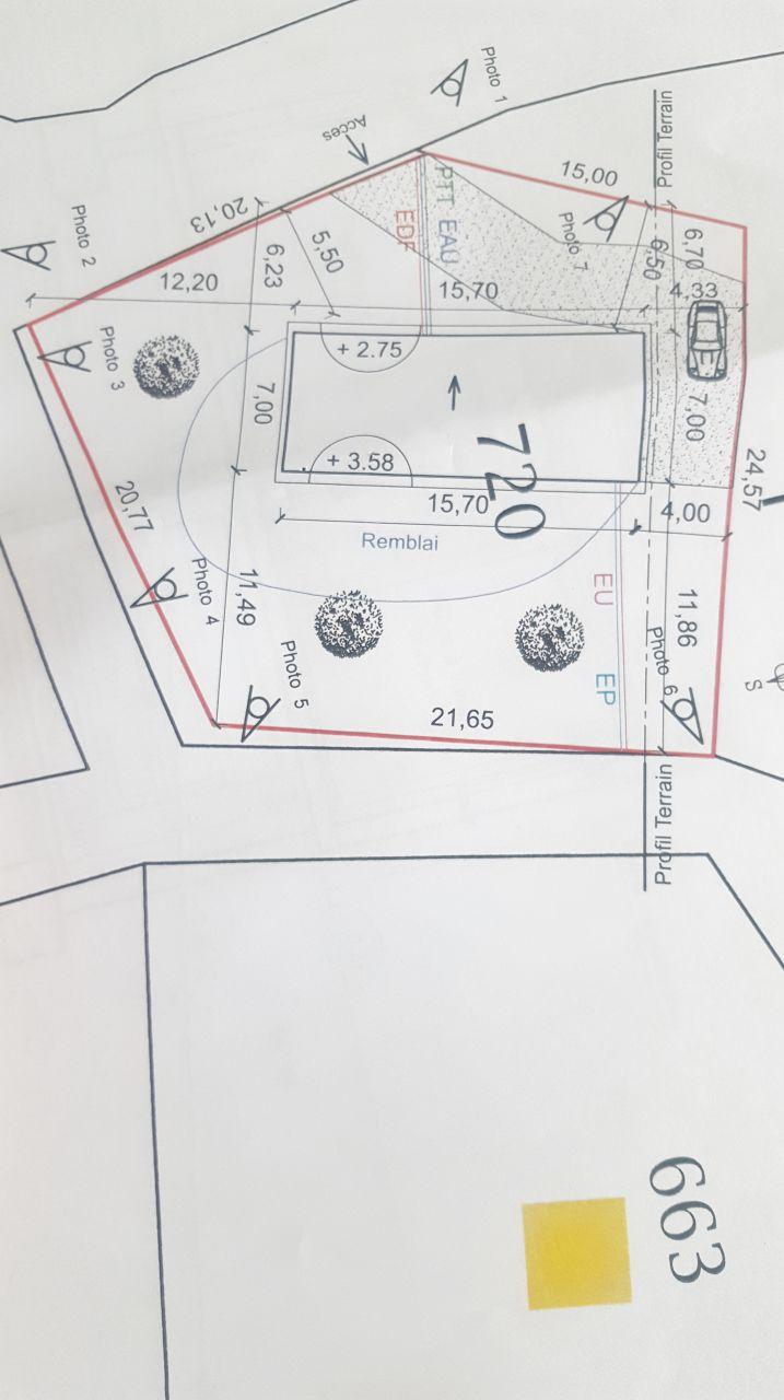 Implantation de la maison sur le terrain. La route est en haut, les chemins a gauche et en bas du terrain sont piétons.