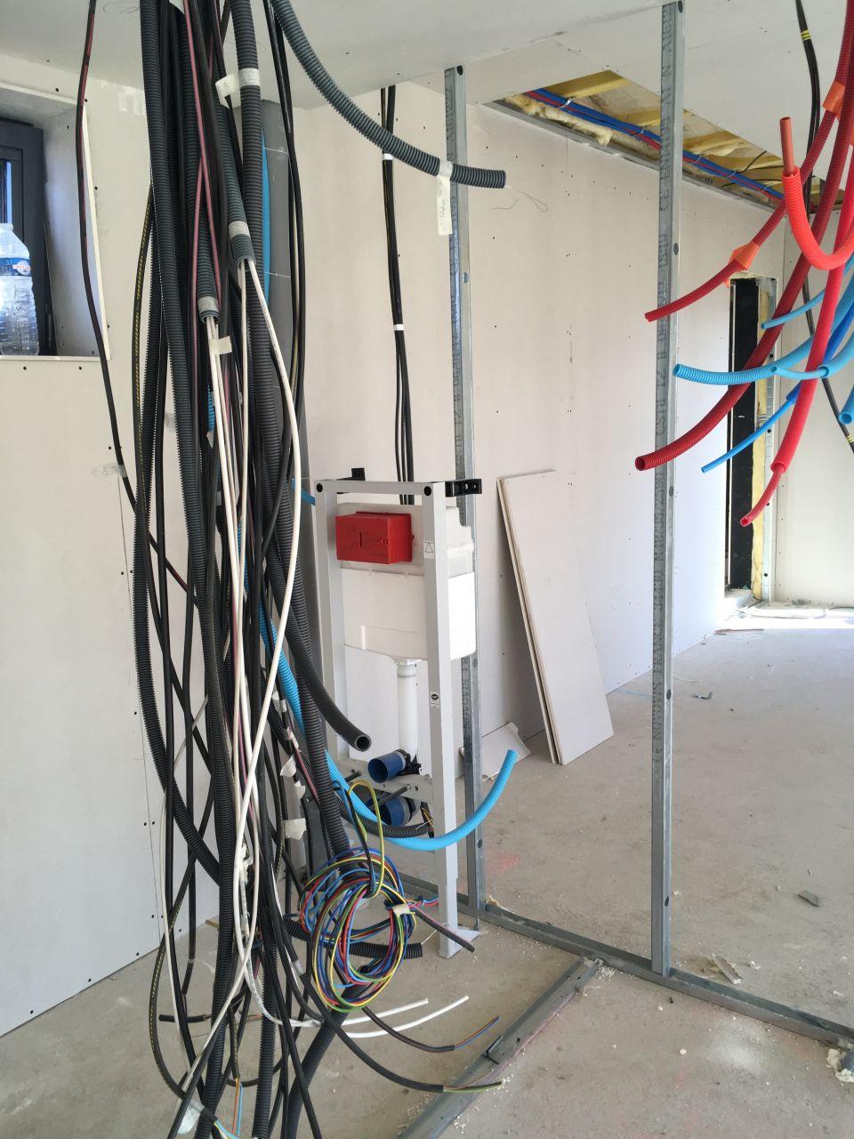 Passage des câbles et tuyau d'eau chaude et froide