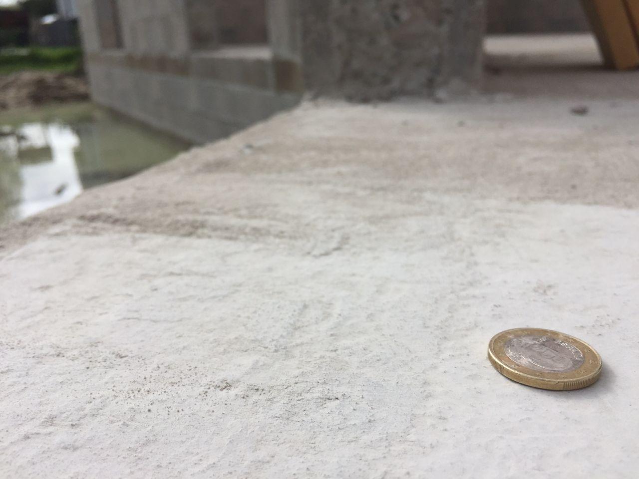Photo du NOVITHOR (produit anti termite et accessoirement rupture de capillarité selon Maisons pascal Porteres...), le fabricant ENSYSTEX préconise 4mm d'épaisseur minimum en 2 couches. Pour info une pièce de 1? fait 2,33mm d'épaisseur...