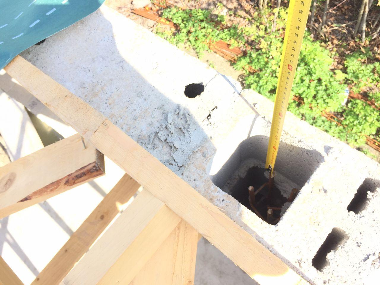 Ferraillage vertical des pignons en attente... A l'intérieur des parpaings et en retrait de quelques centimètres