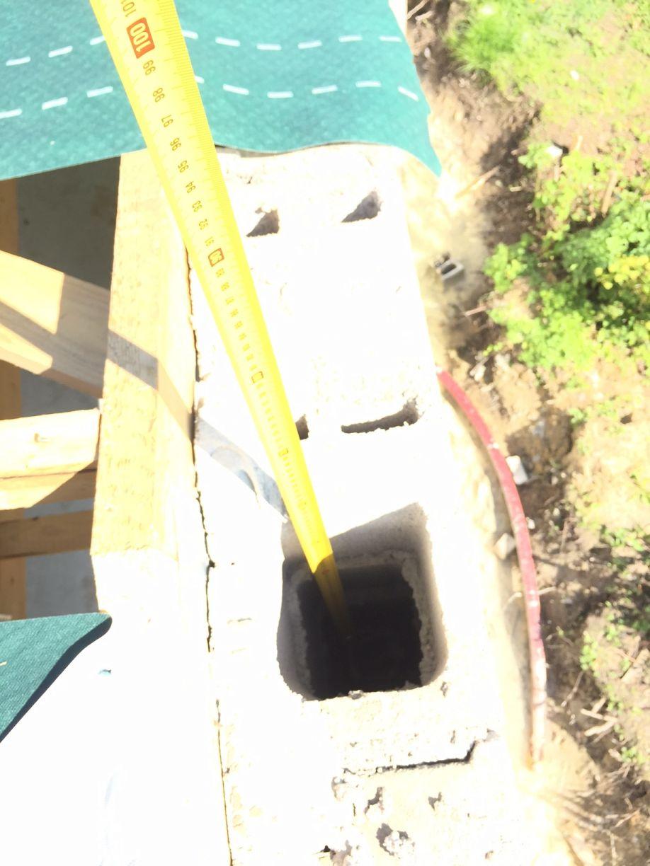 Ferraillage vertical des pignons en attente... A l'intérieur des parpaings et en retrait de 60 cm ! Comment les ligatures avec les fers de rampants ont pu être faites ?? Aucune ouverture n'a été faites dans le parpaing sur les cotés intérieur comme extérieur...