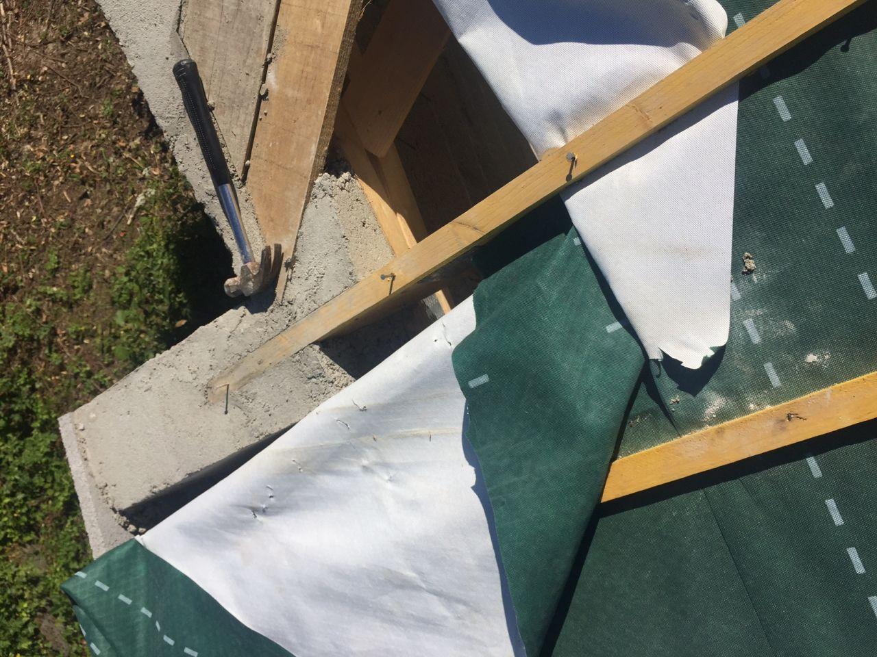 Le liteau a été arraché avec le film sous toiture, puis ils ont trouvés utile de faire l'arase au mortier autour du liteau...sans remettre le film sous toiture...