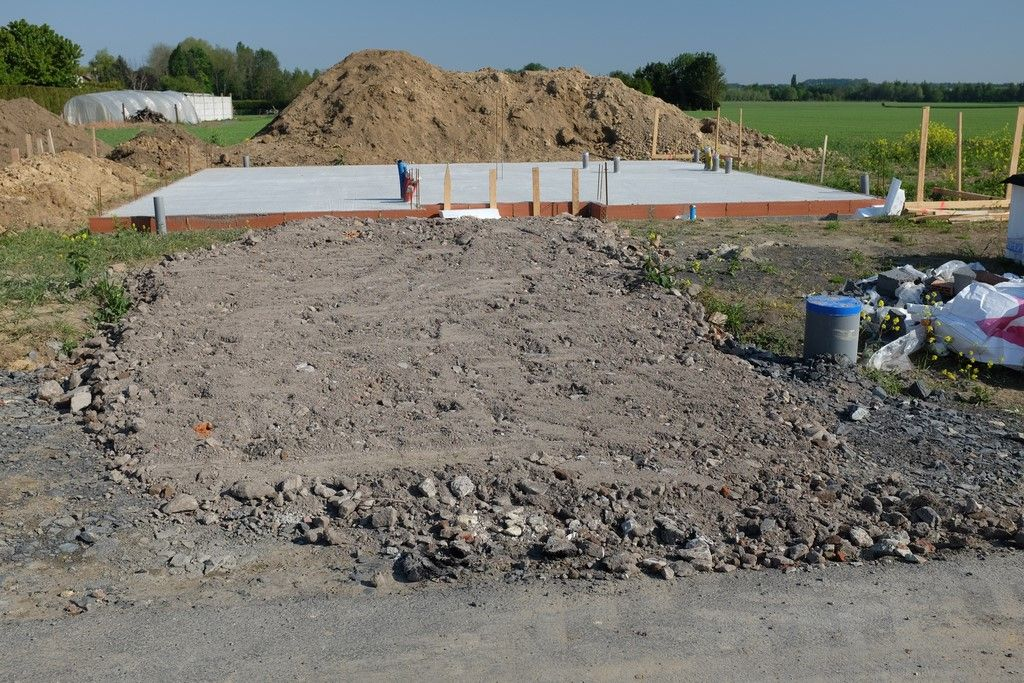 Réfection de l'accès chantier (pose d'une nouvelle couche mais à priori sans avoir retiré les gravats posés initialement...ça va être sympa à retirer)
