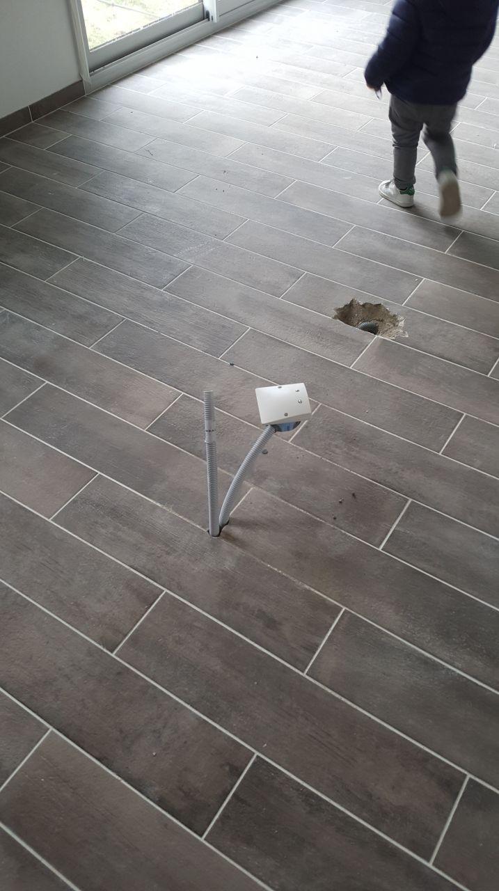 Carrelage imitation parquet dans le séjour et arrivée électrique déplacée.