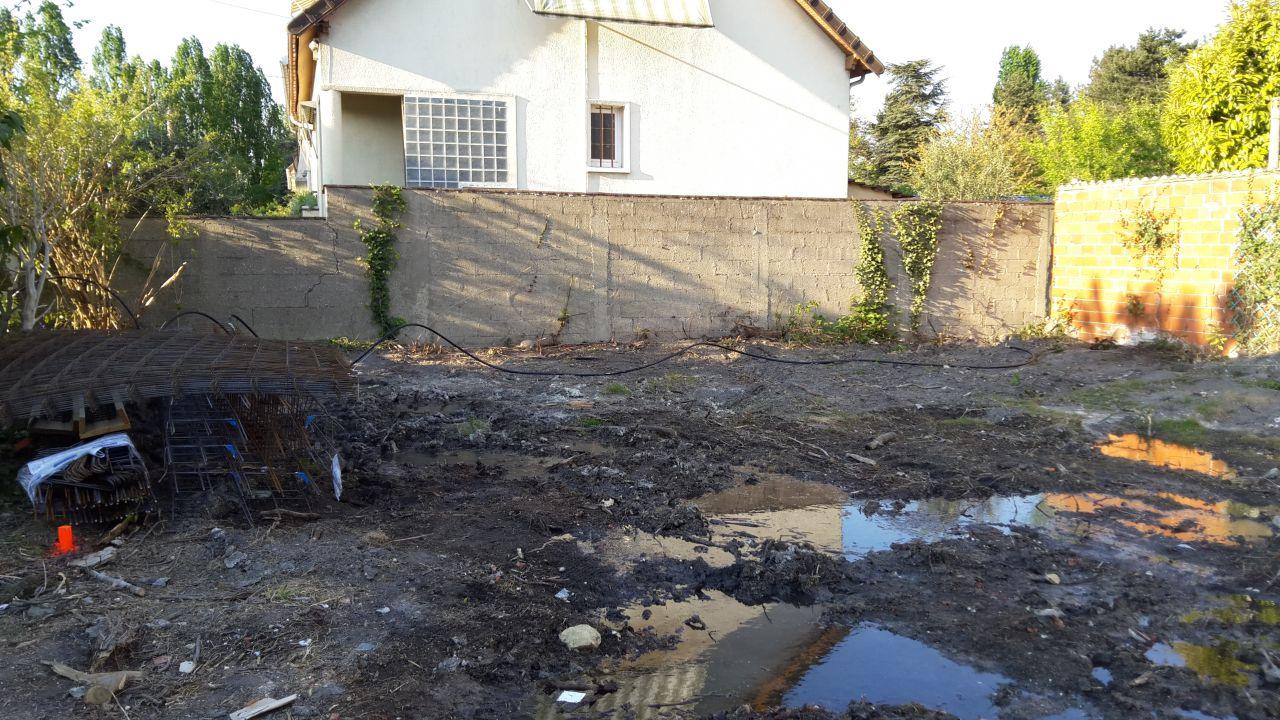 L'eau stagnant due à étude de sol.