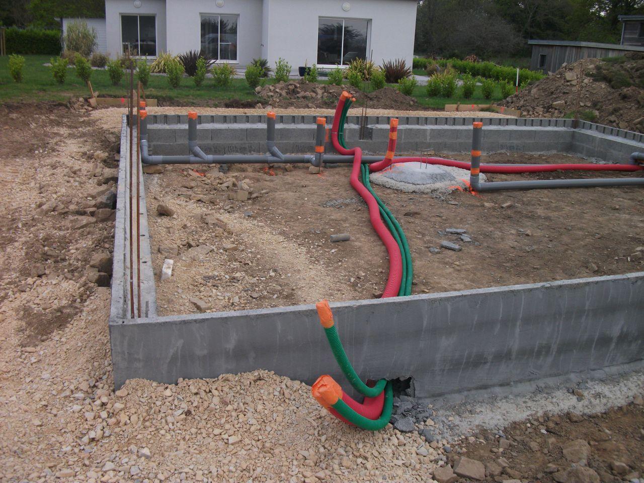 Passage des gaines, des évacuations d'eau et de l'aération pour le poêle à granulés.