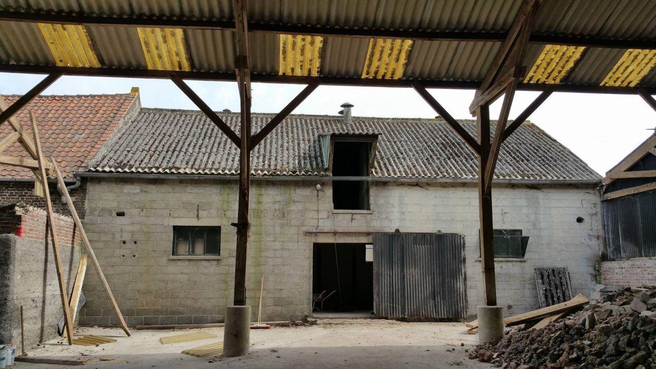 Démolition d'une partie du hangar extérieur qui est accolé à la maison