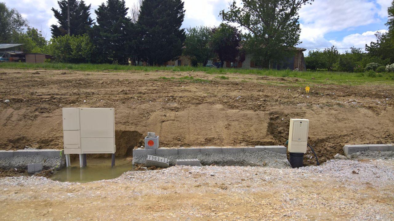 Le compteur d'eau (sur la droite) qui se trouve en plein milieu de notre future allée de garage.