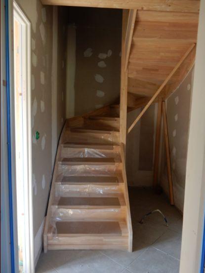 Et l'escalier est enfin de retour, 3 mois après la première tentative de pose ! tout arrive ! (par contre l'arrivée électrique qui devait se trouver dans la cloison centrale est carrément ratée et en plein milieu)