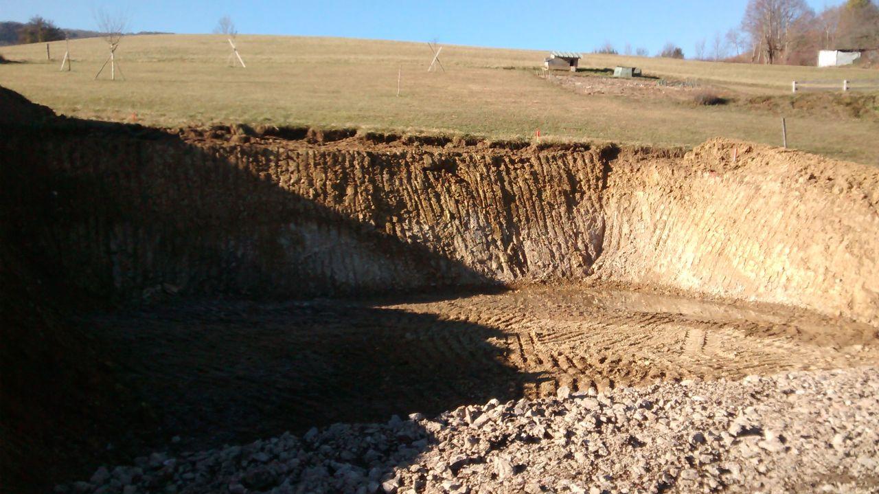 Plateforme terminée. <br /> On est content: très peu de venue d'eau contrairement au terrain des voisins à 25m. <br /> Un peu de chance, ça fait du bien. On soignera quand même le drainage périphérique.