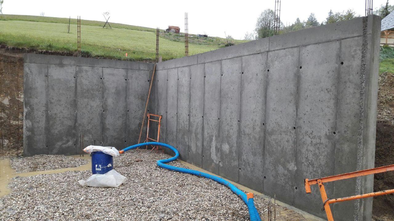 Mise en place des banches et murs béton armé coulés en place pour le sous-sol.