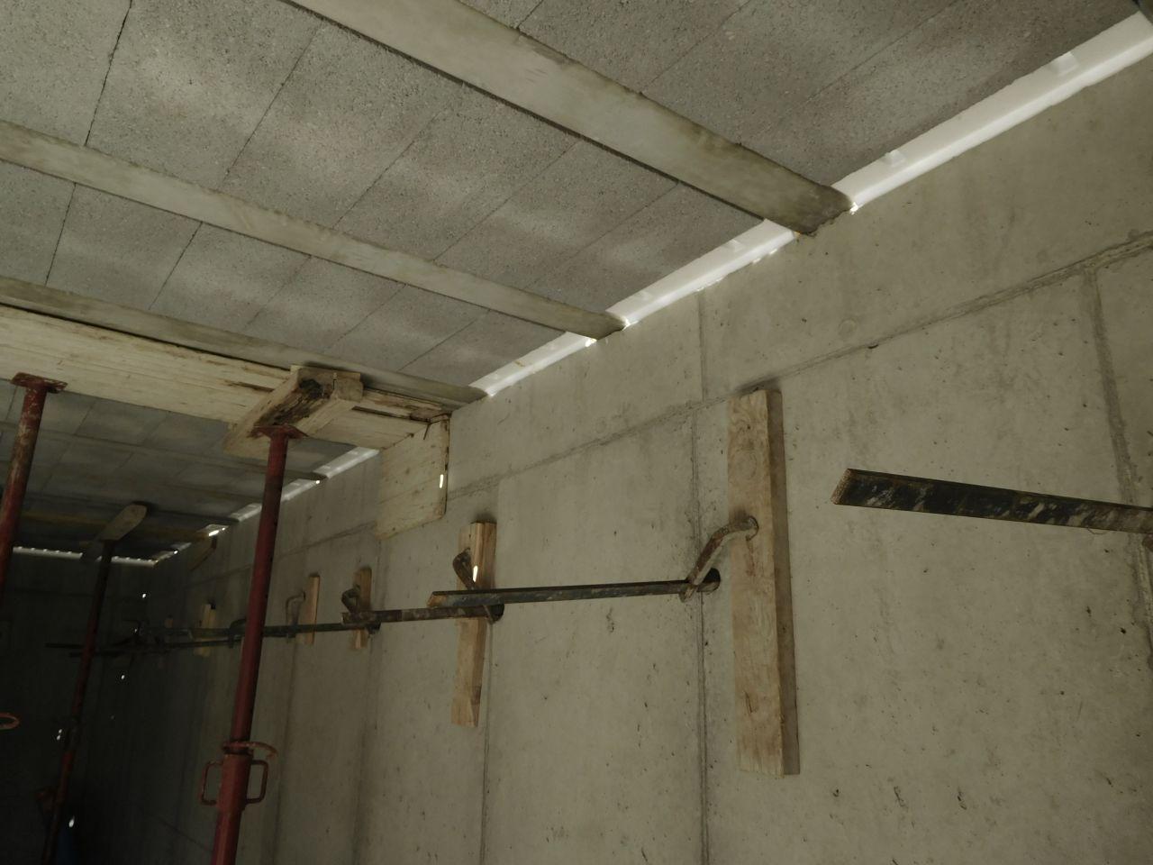 Poutrelles et hourdis béton du plancher haut du sous-sol. <br /> On voit bien les rupteurs en about.