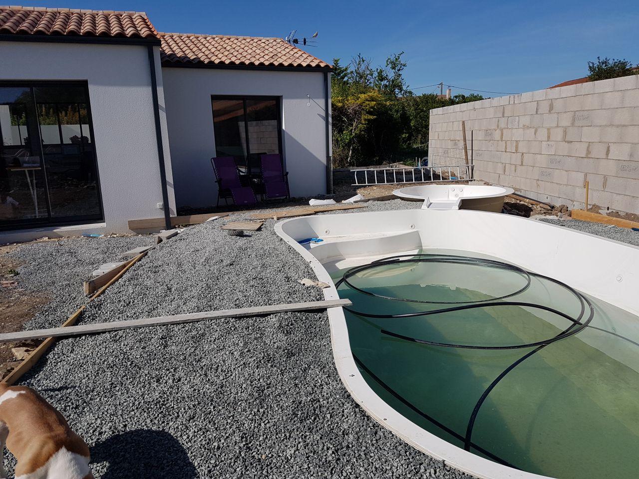 Terrassement de la piscine pour la terrasse drainante hydro way (près de 20 tonnes de graviers).