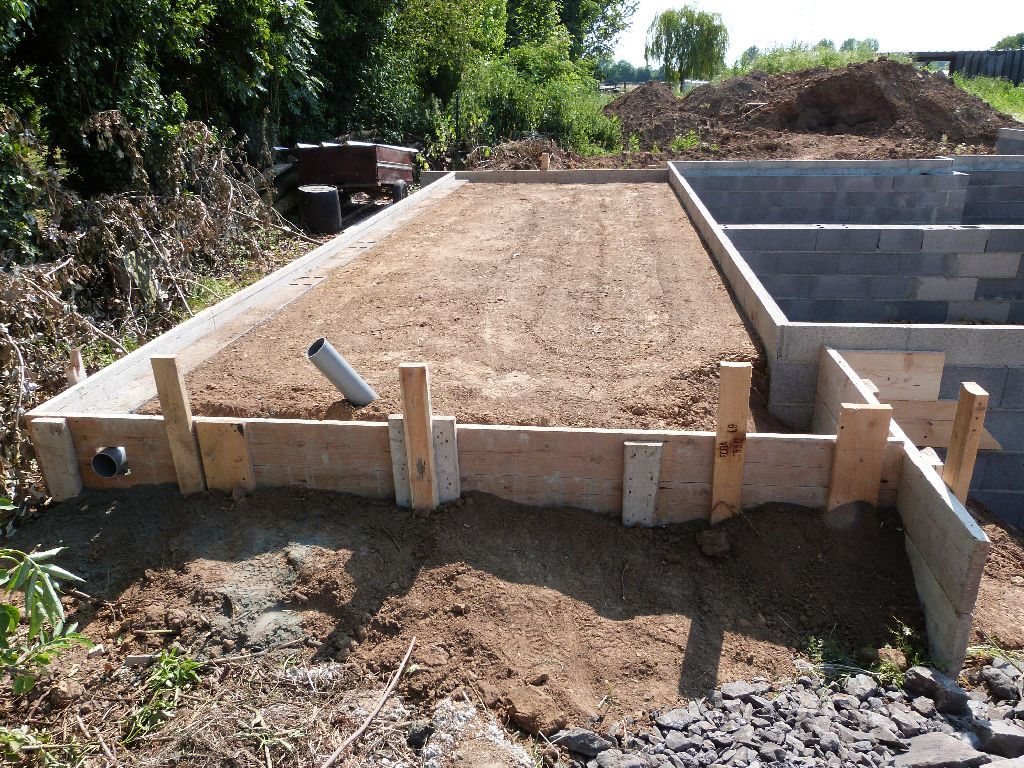 Le terre plein et le coffrage pour la dalle de l'abri de jardin.