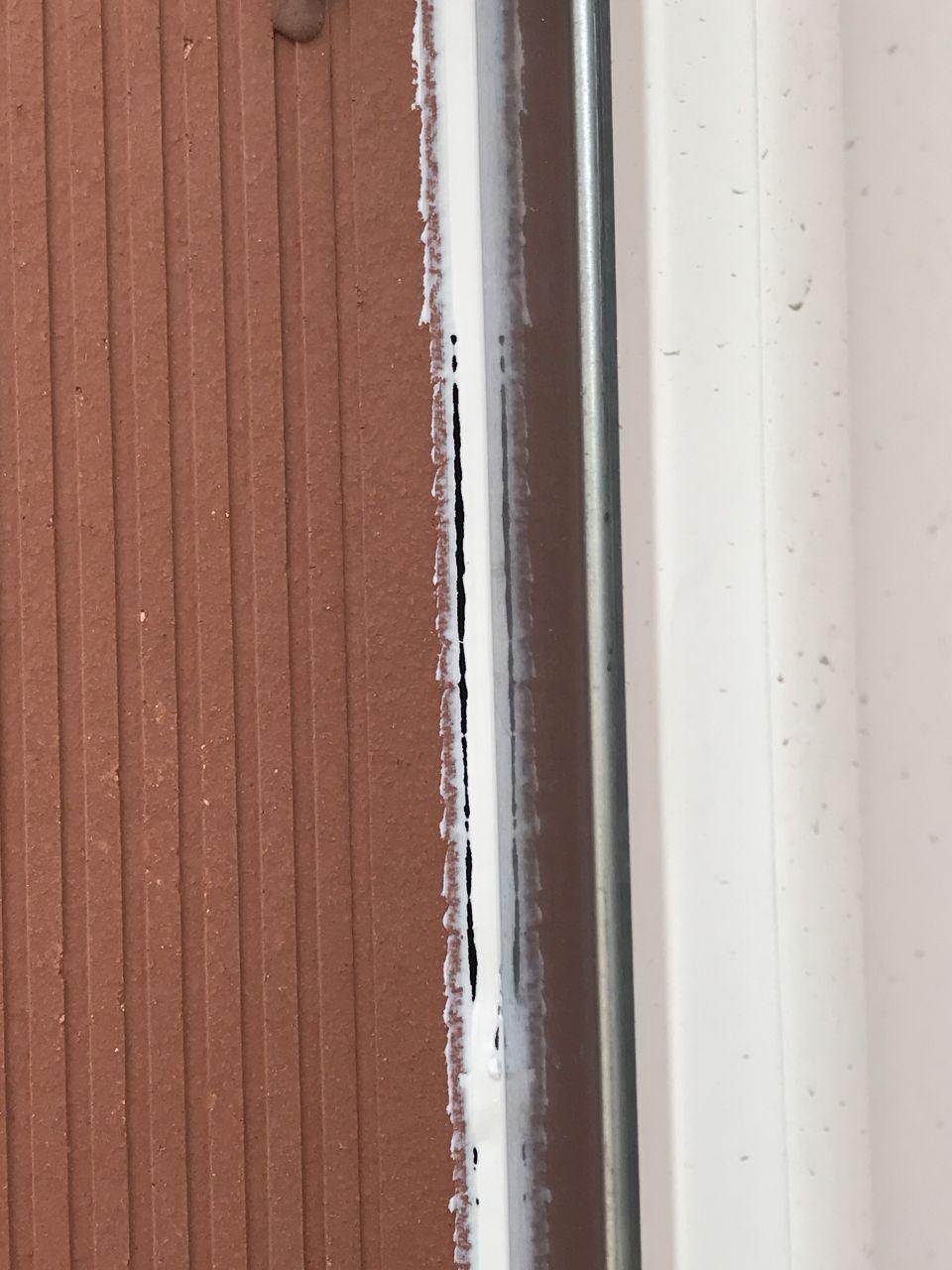 On remarque que les joints en acrylique ne sont pas étanches...