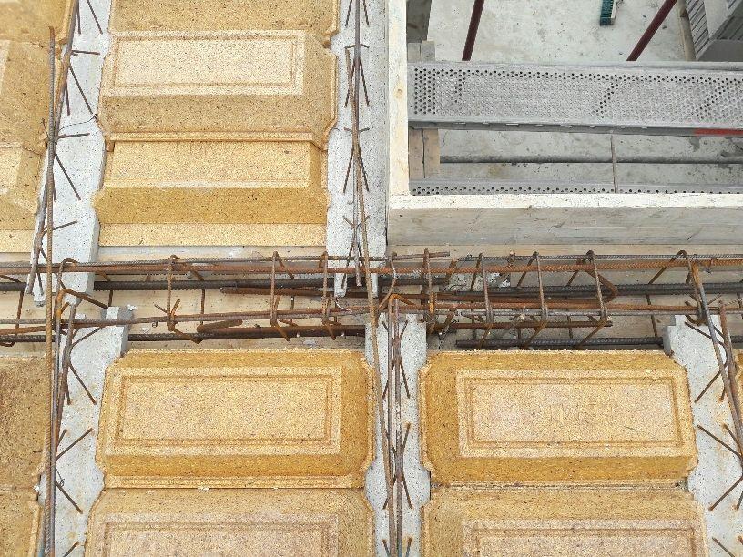 Travaux préparatoires (poteaux/poutrelles/chaînages) avant coulage de la dalle du R+1