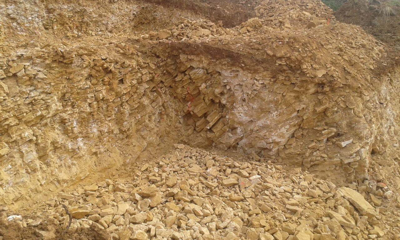 Début du terrassement , beaucoup de pierres dorées
