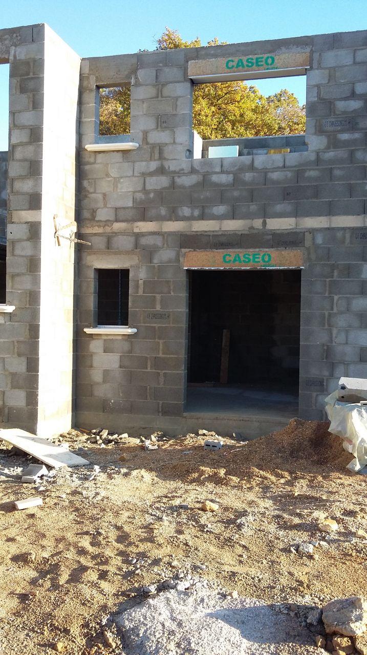 autant le début de la construction était bien fait autant la fin peine : murs pas droits, ouverture de certaines fenêtres pas droites...