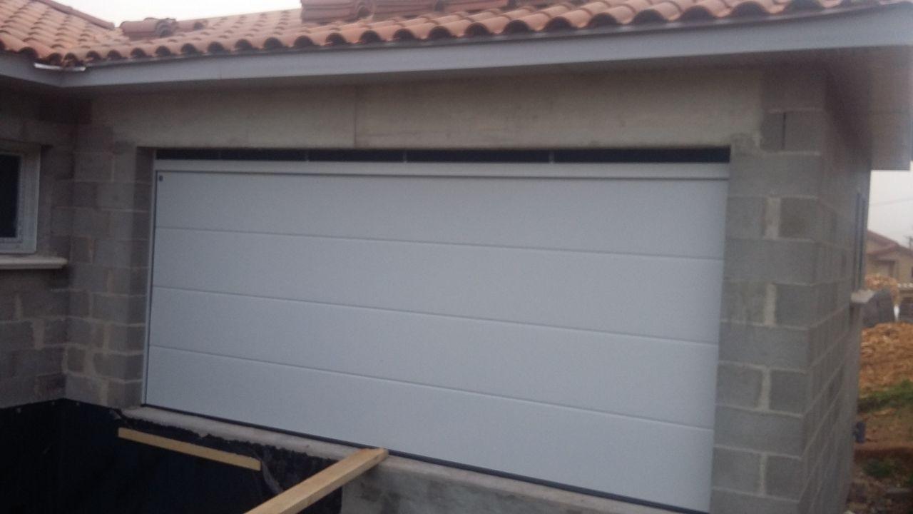 """mauvais dimensionnement de l'ouverture et gros trous au dessus de la porte de garage; il va falloir trouver une solution pour """"fermer"""" le garage. Le conducteur de travaux essaie de nous rassurer, qu'il n'y a pas de problème , des solutions vont être trouvées mais cela commence à faire beaucoup pour un démarrage..."""
