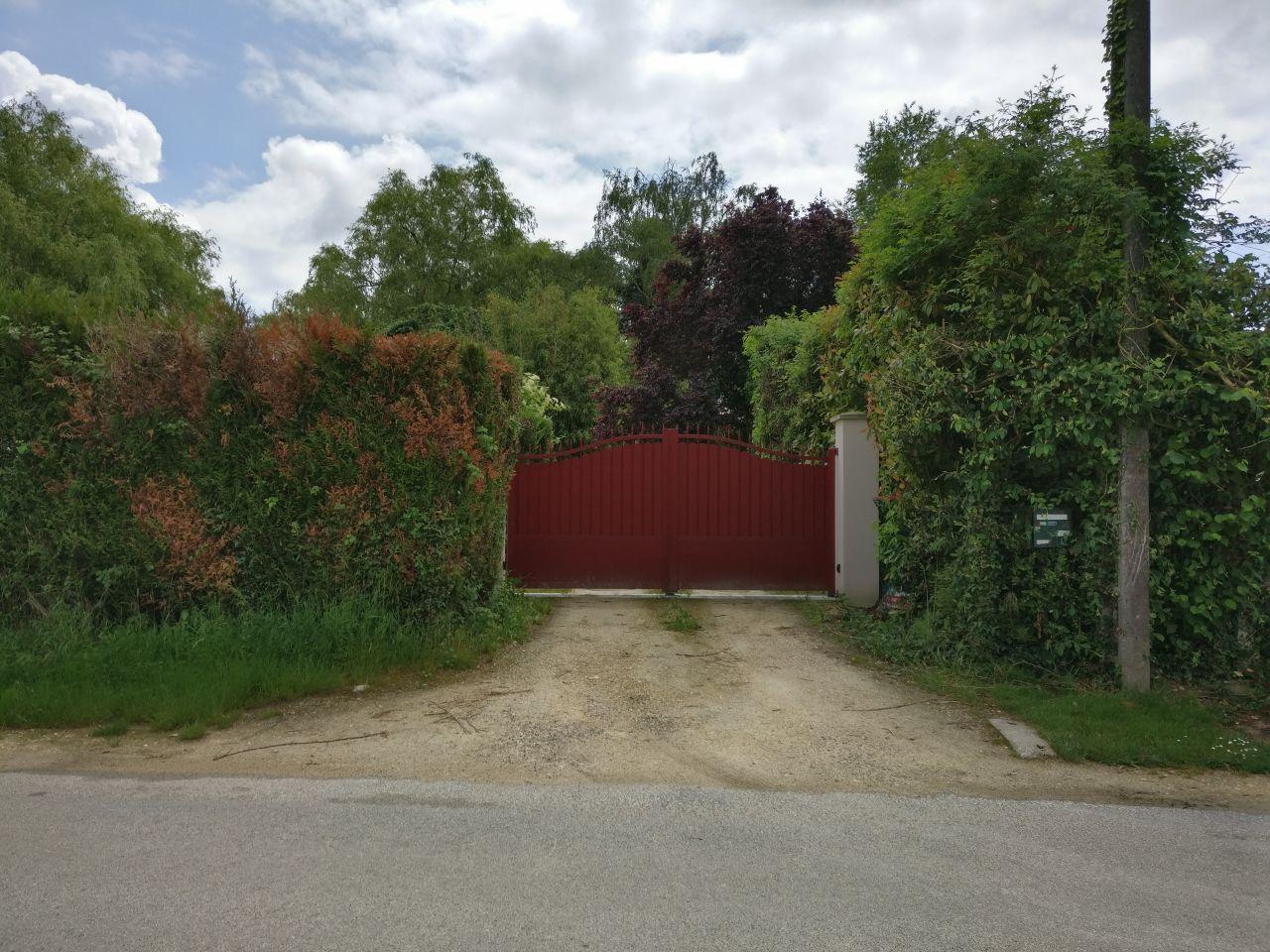 vue de la route, portail fermé