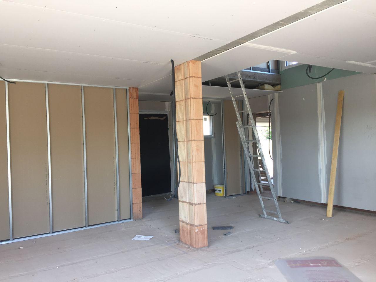 Démarrage des plâtres, vue sur l'entrée et la cage d'escalier