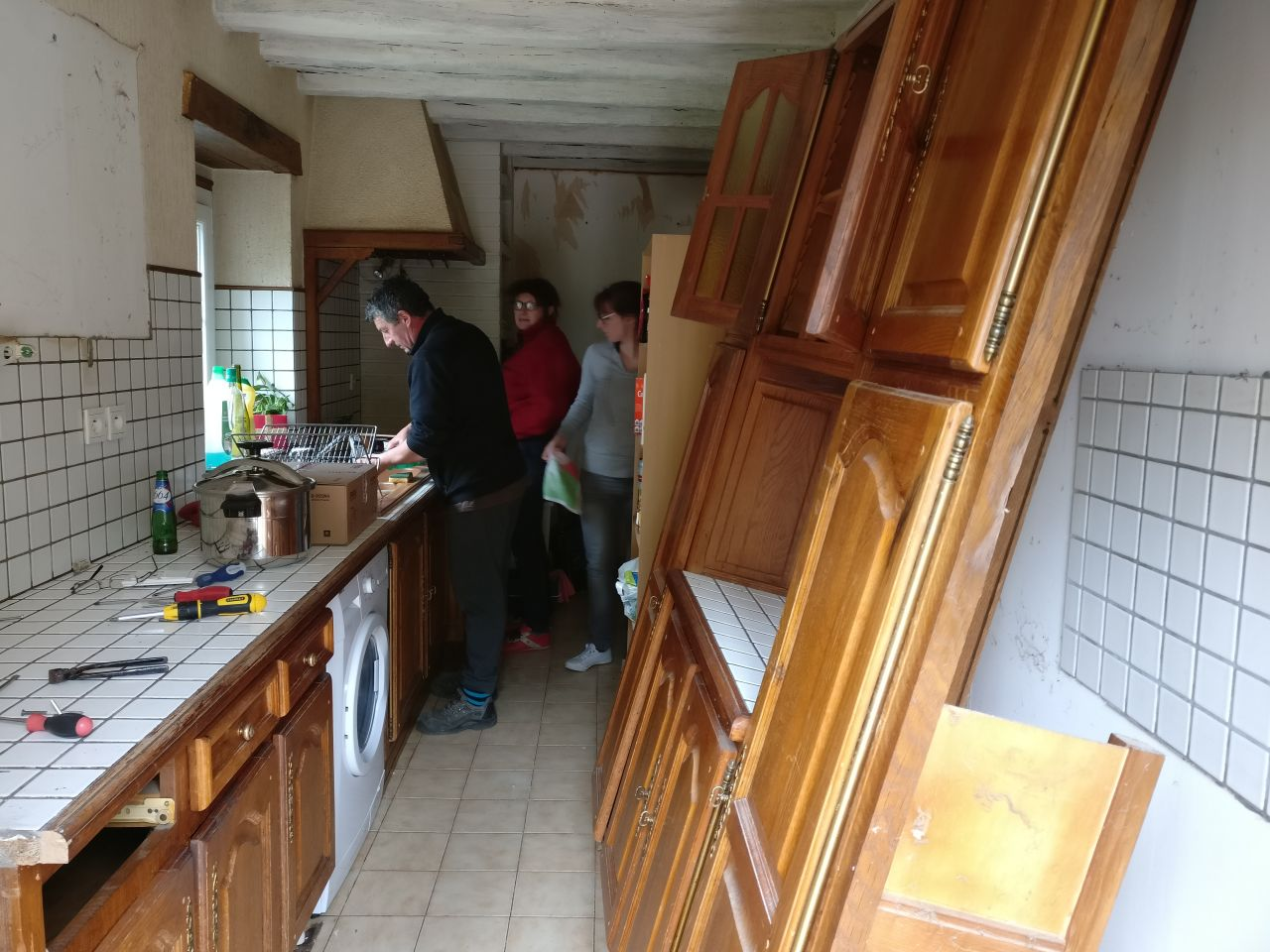 Cuisine avant : on retire les éléments muraux