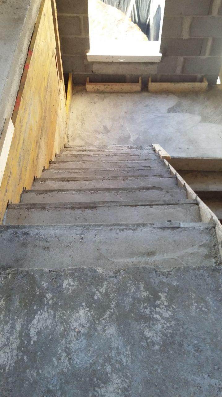 escaliers du 1er étage pas droit et avec des hauteurs de marche différentes
