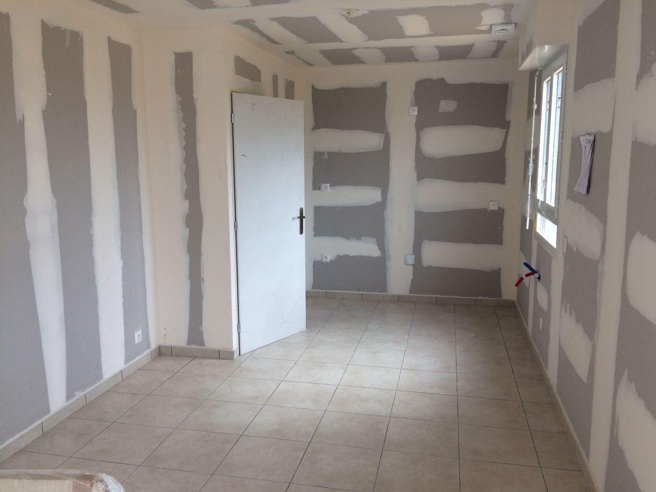 27 juin 2017. Les joints et enduits sont faits. Le carrelage et plinthes sont posés, sauf dans la salle de bain. Le fournisseur de la fayence est en rupture.