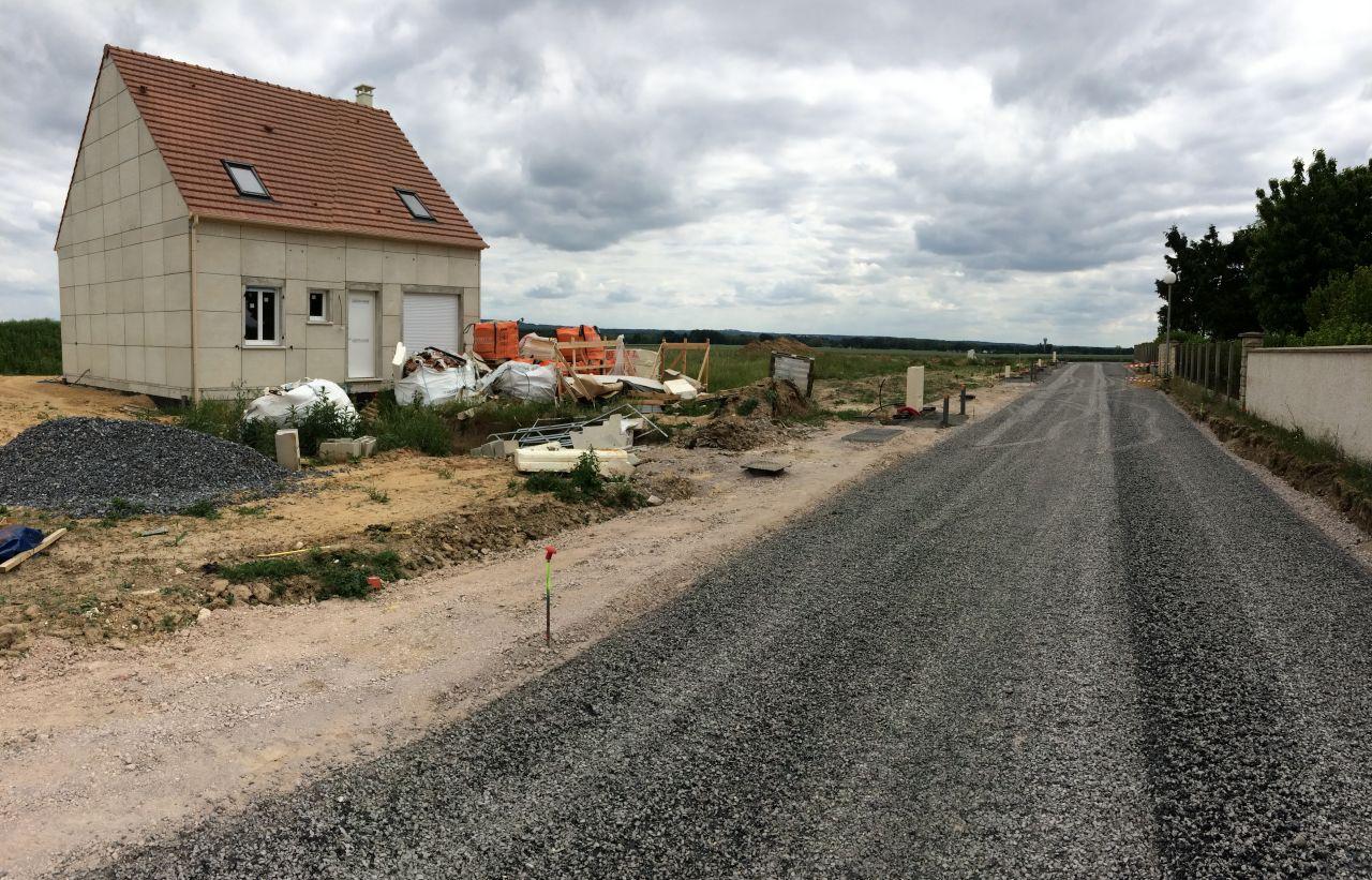 30 mai 2017. La viabilisation des terrains est terminée. La route provisoire a remplacée le chemin.