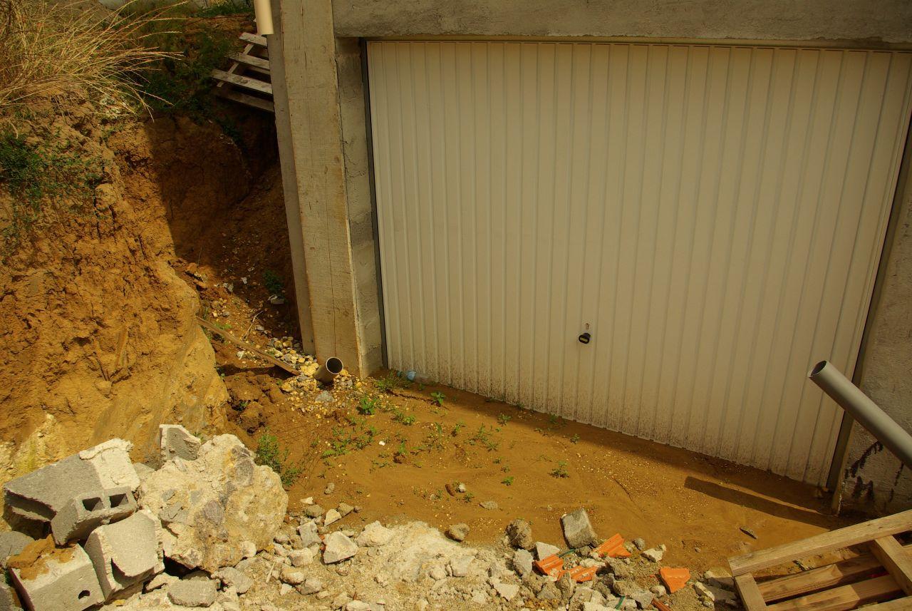 L'eau de pluie entre dans le sous-sol et par le garage.