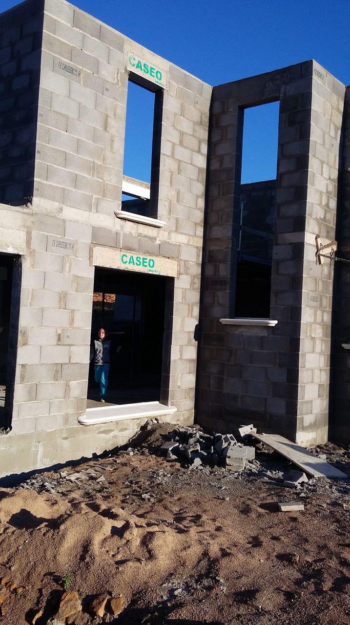 appui de fenêtre posées au mauvais endroit puisque les dalles de la terrasse arriveront en continuité du sol de l'espace de vie