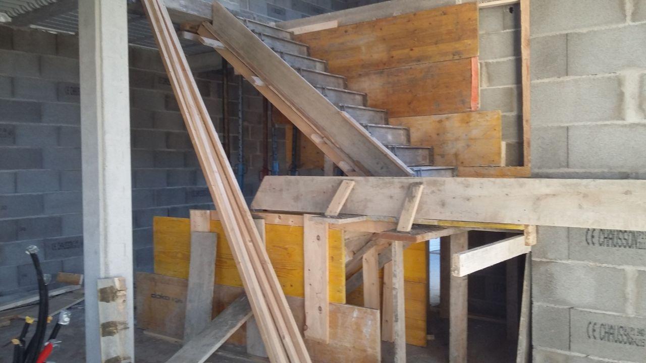vide sous escalier qui sera notre futur cellier : la hauteur est incorrecte, il manque plus de 20 cm, il faut tout recasser encore une fois .