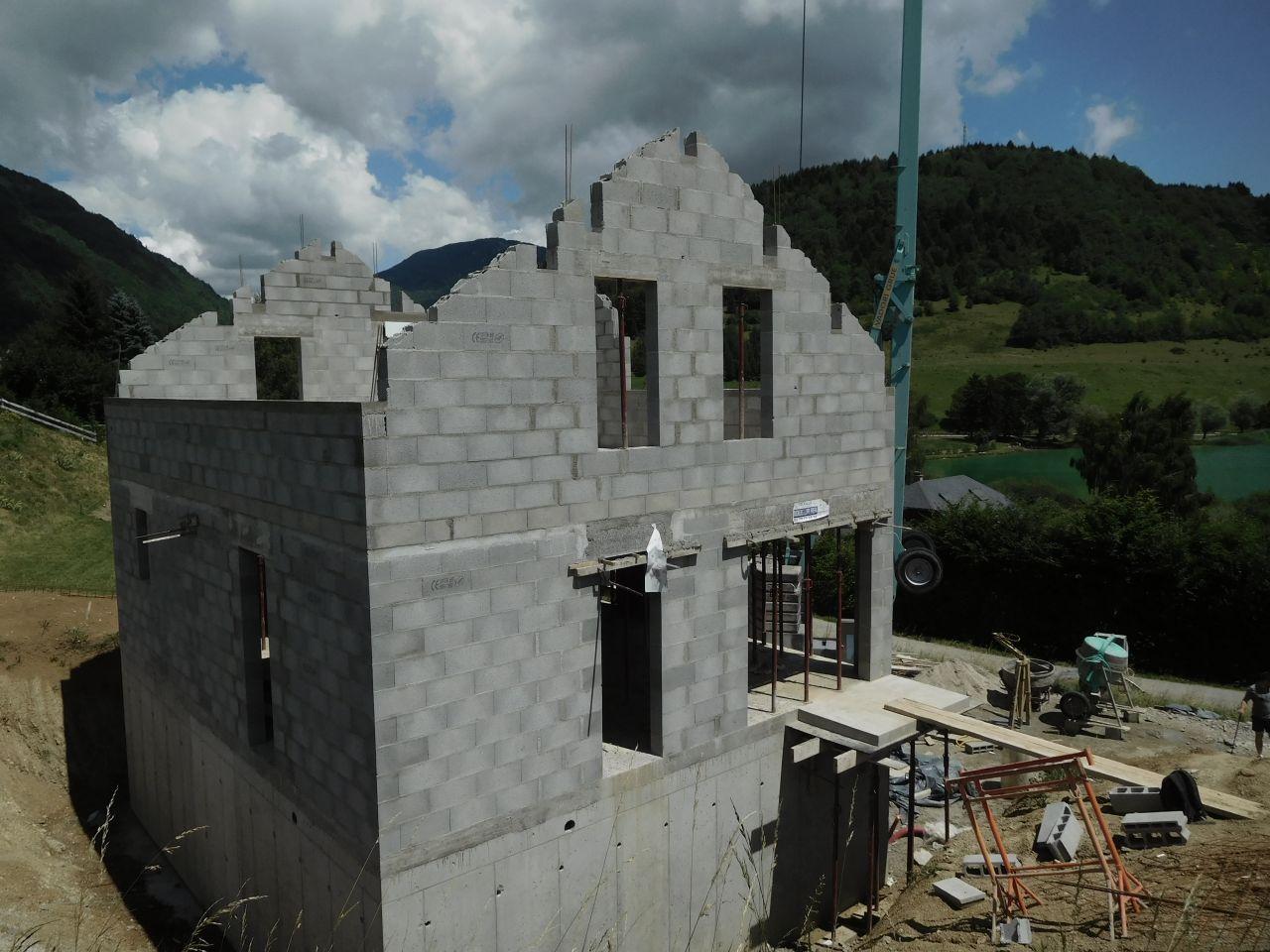 Vue du pignon sud. Le terrain sera remblayé sur toute la partie banchée des murs.