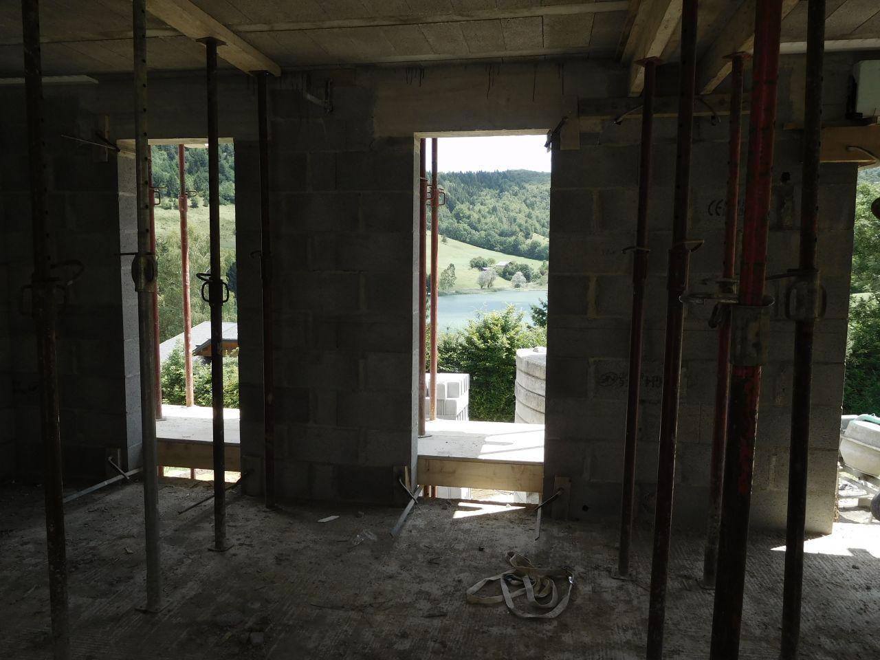 Les 2 baies vitrées de la cuisine. <br /> Normalement, on placera un îlot accolé au mur entre elles.