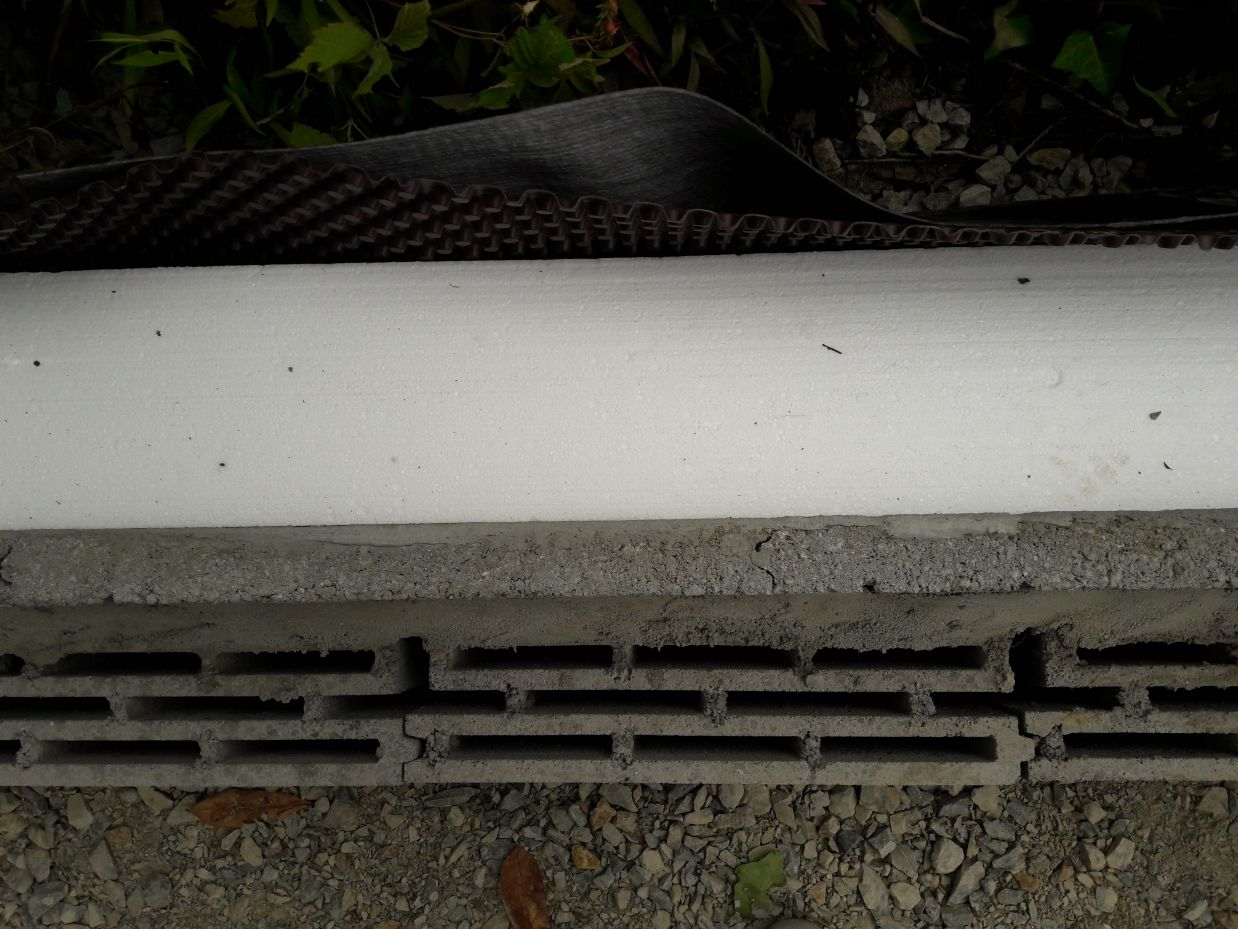 Mur soubassement+ isolant PSE de 19cm en extérieur + delta MS + antiracine (en limite de propriété)
