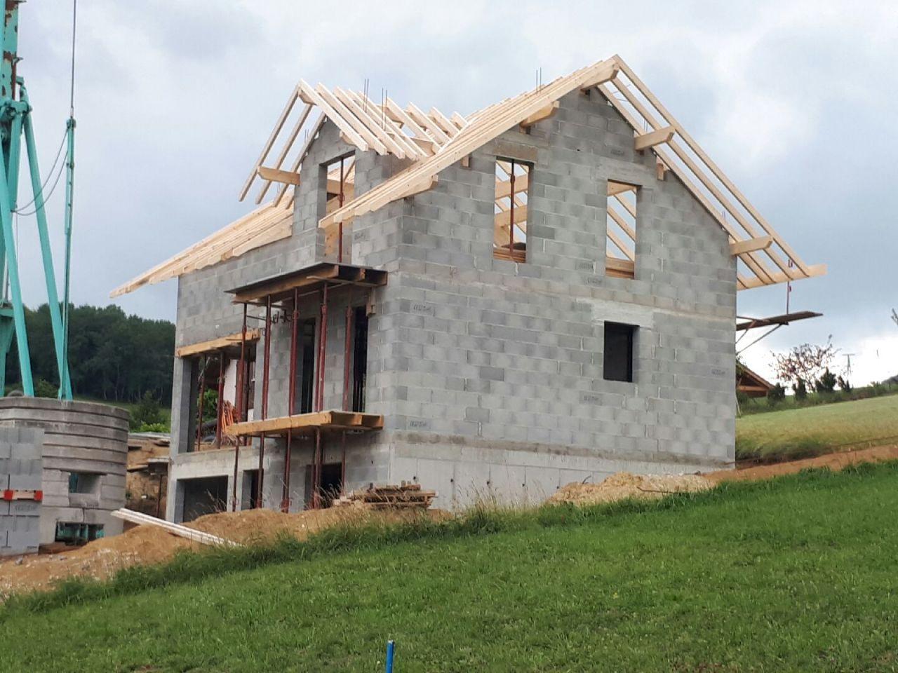 La charpente a débutée! <br /> Ca commence à ressembler à une maison!