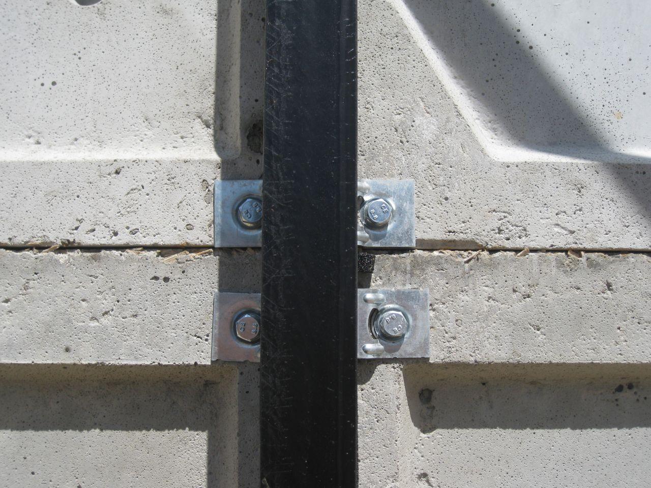 systeme de fixation des plaques de béton fibré aux barres d'acier <br /> si si ça tient bien   j'ai les memes dans mon garage actuel