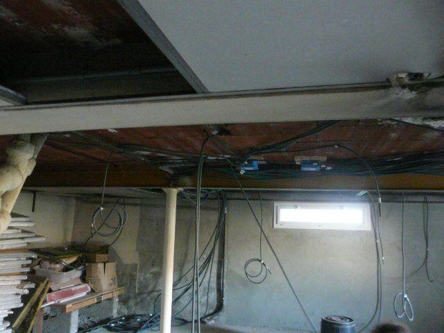 Les fils électriques cachés dans le sous_plafond du sous sol
