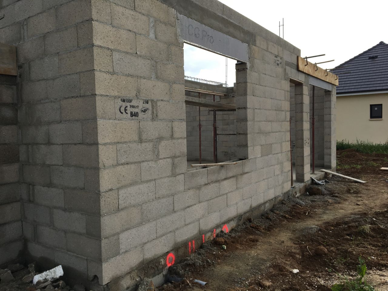 Après séchage de la dalle, élévation des murs du rez-de-chaussée.