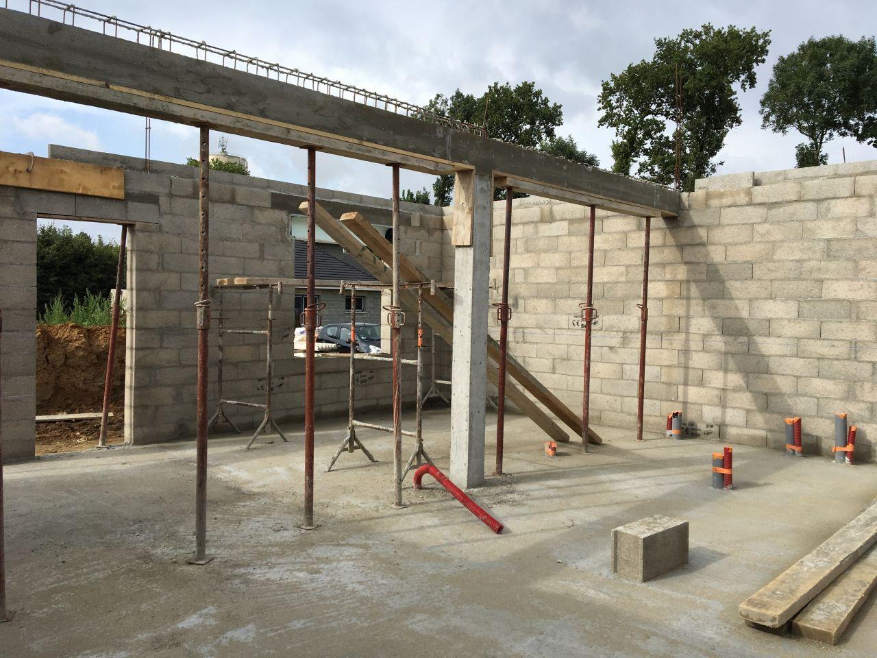 Après séchage de la dalle, élévation des murs du rez-de-chaussée. <br /> Intérieur de la maison